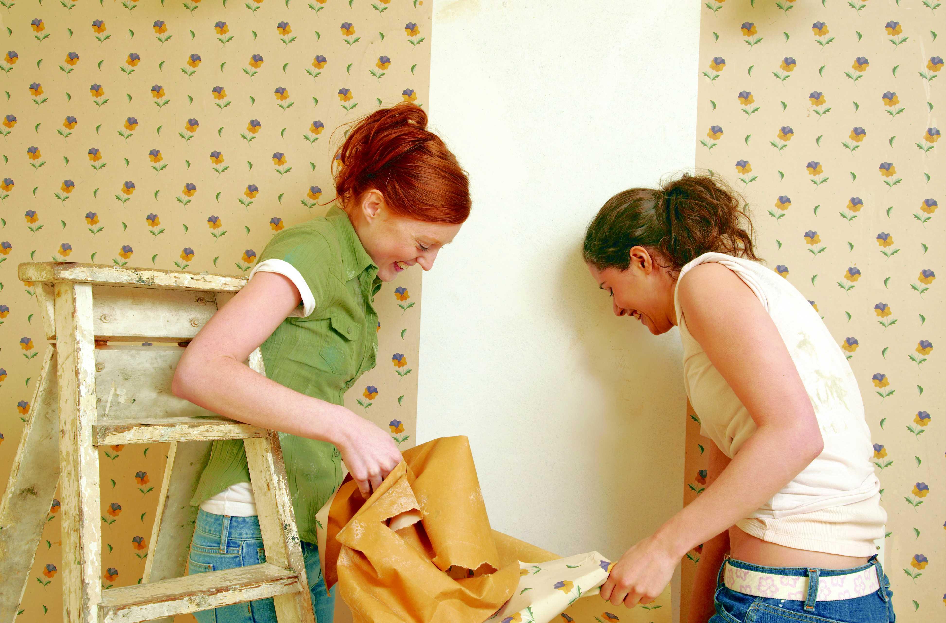 Как быстро снять старые обои со стен в домашних условиях 44
